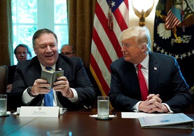 O Secretário de Estado, Mike Pompeo, ao lado do presidente dos EUA, Donald Trump durante reunião de gabinete em Washington (agosto de 2018)