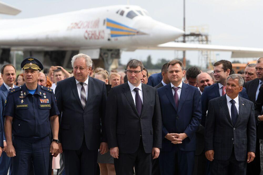 Comandante da aviação de longo alcance da Força Aeroespacial da Rússia, Sergei Kobylash, diretor da Fábrica de Aviões de Kazan, Nikolai Savitskikh, vice-ministro da Indústria e Comércio, Oleg Bocharov, presidente da Corporação Unida de Aviação, Yury Slyusar, e o presidente da república do Tartaristão, Rustam Minnikhanov (da esquerda à direita), durante a cerimônia de rolagem do bombardeiro modernizado russo Tu-22M3M, em Kazan