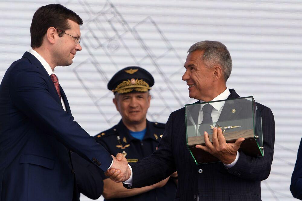 Diretor executivo da empresa Tupolev, Aleksandr Konyukhov (à esquerda), e o presidente da república do Tartaristão, Rustam Minnikhanov (à direita), durante a cerimônia de rolagem do bombardeiro modernizado russo Tu-22M3M, em Kazan
