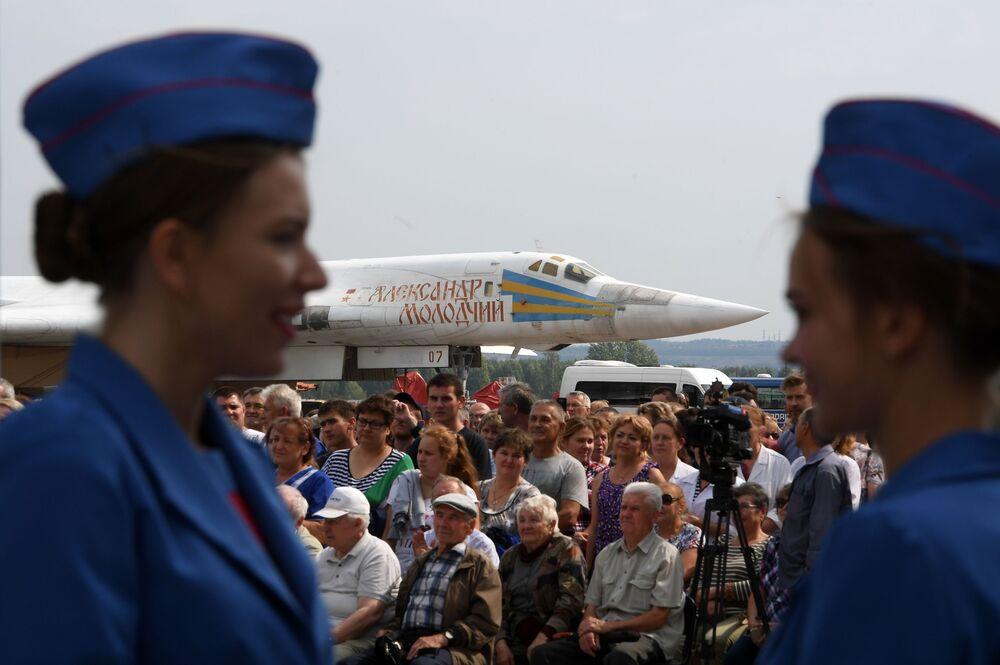 Espectadores assistem à cerimônia de rolagem do bombardeiro modernizado russo Tu-22M3M na Fábrica de Aviões de Kazan