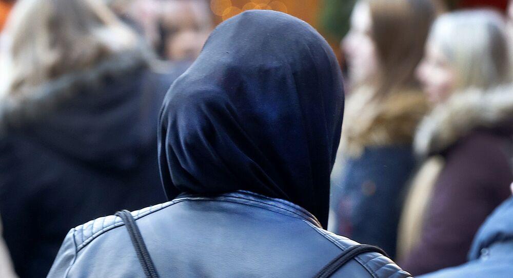 Uma muçulmana caminha pela feira de natal de Frankfurt, na Alemanha