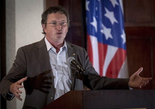 O republicano Thomas Massie fala a apoiadores (arquivo)