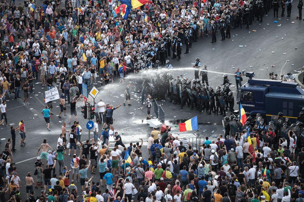 Polícia usa água contra protestadores na frente da sede do governo em Bucareste, Romênia, 10 de agosto de 2018