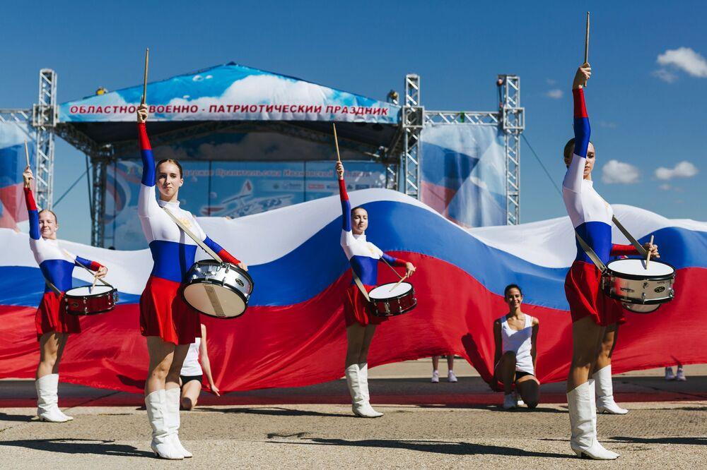 Bateristas na abertura do feriado militar patriótico Céu Aberto em Ivanovo, na Rússia