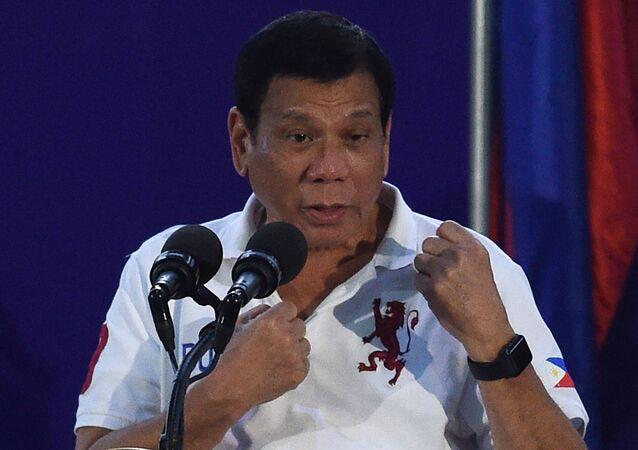 Presidente filipino Rodrigo Duterte gesticula enquanto discursa perante membros do regimento Scout Rangers em um campo de treinamento militar na cidade de San Miguel, província de Bulacan, ao norte de Manila, em 15 de setembro de 2016