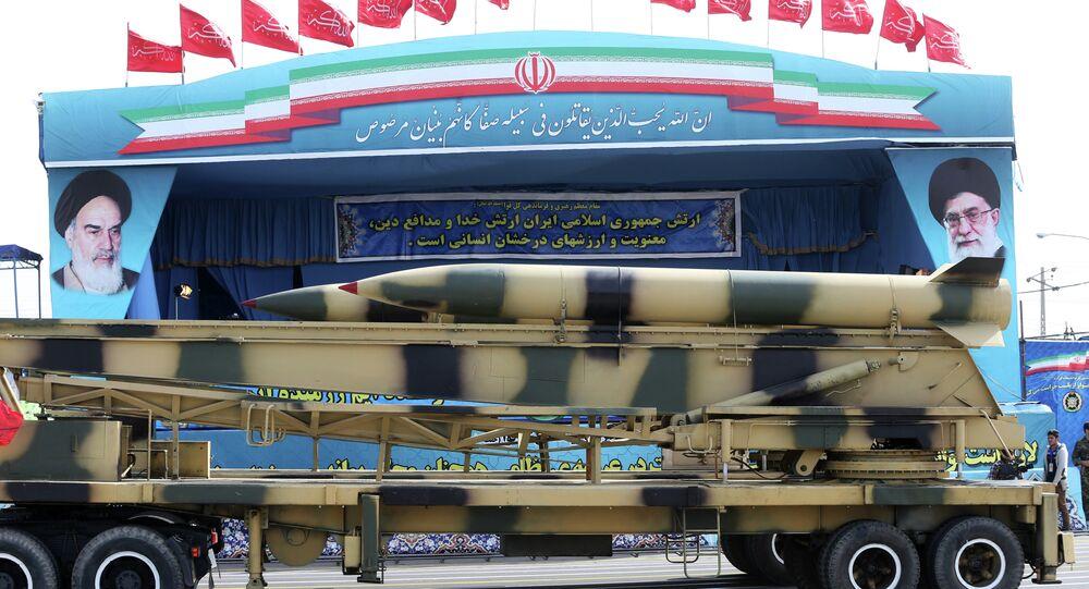 Mísseis são exibidos pelo exército iraniano em um desfile milita no Dia Nacional do Exército