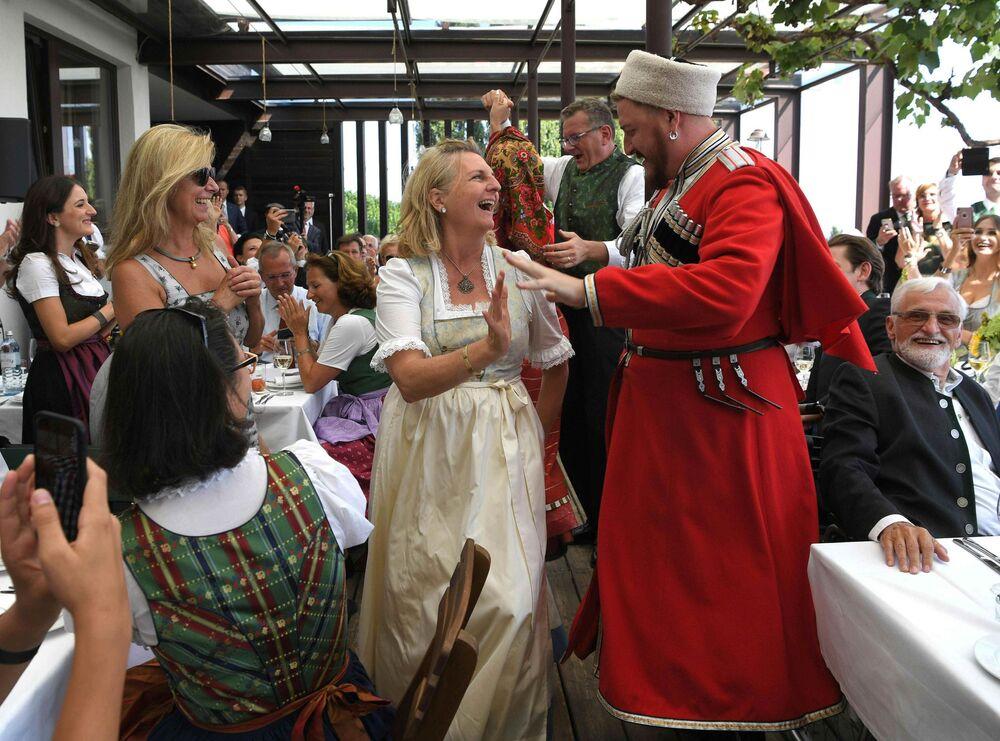 Os convidados dançando na boda da chanceler da Áustria e do empresário Wolfgang Meilinger ao som da música do Coro Cossaco de Kuban