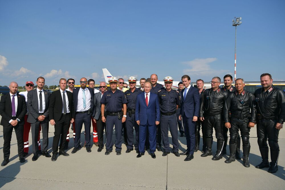 O líder russo Vladimir Putin junto com o chanceler federal austríaco Sebastian Kurz no aeroporto de Graz, Áustria