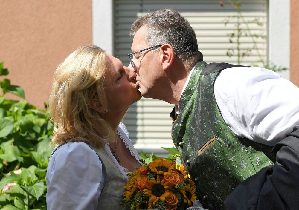O empresário Wolfgang Meilinger beija sua esposa Karin Kneissl, a chanceler da Áustria durante a boda