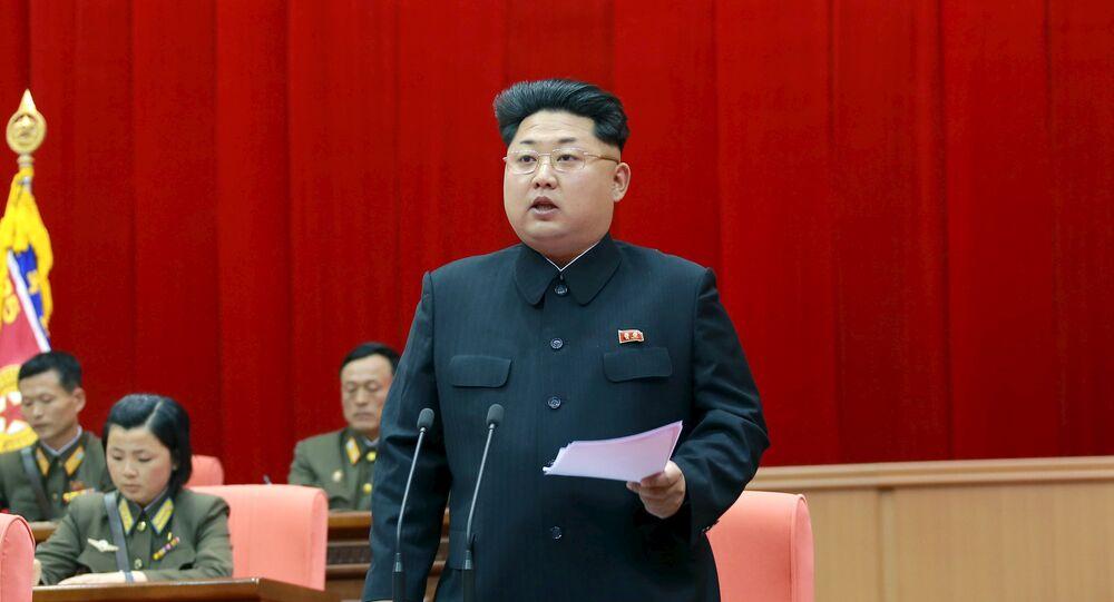 O líder norte-coreano Kim Jong Un fala durante a 5ª reunião de oficiais de treinamento do Exército Popular da Coreia nesta foto sem data divulgada pela Agência Coreana de Notícias da Coréia do Norte (KCNA) em Pyongyang (arquivo)