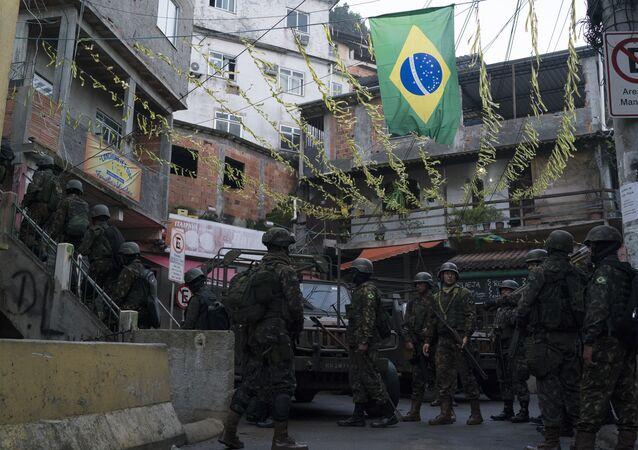 Soldados patrulham favela do Chapéu da Mangueira, no Rio de Janeiro, em 21 de junho de 2018