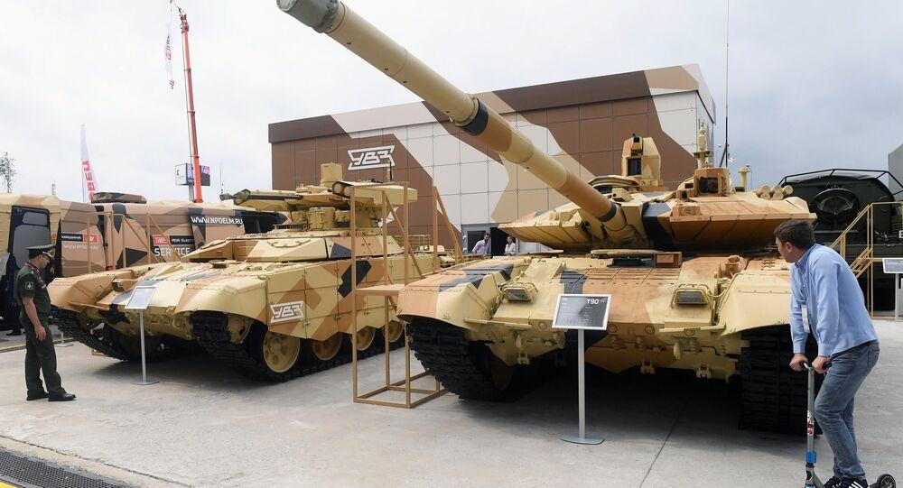 Veículo de apoio a tanques Terminator (à esquerda) e tanque T-90A exibidos no Fórum Internacional Técnico-Militar EXÉRCITO 2018