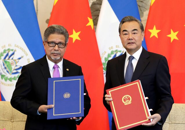 Ministro das Relações Exteriores de El Salvador, Carlos Castaneda, e o chanceler da China, Wang Yi, durante cerimônia de estabelecimento das relações diplomáticas entre os dois países
