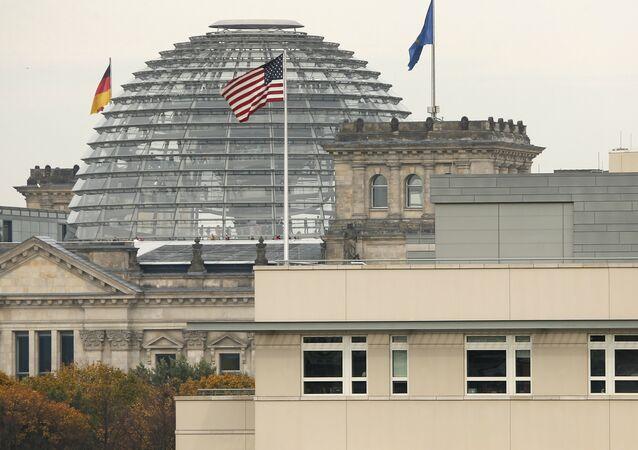 Bandeira americana no topo da embaixada americana em frente ao Parlamento alemão, em Berlin