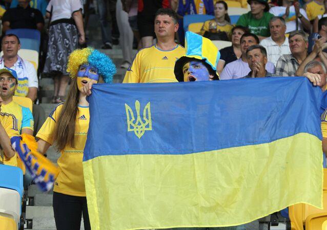 Torcedores ucranianos assistindo ao Campeonato Europeu de Futebol 2012