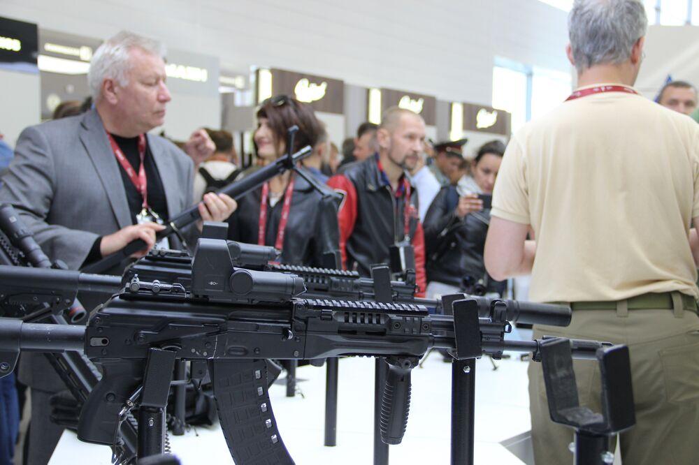 Visitantes testam fuzis do consórcio Kalashnikov durante o fórum militar EXÉRCITO 2018