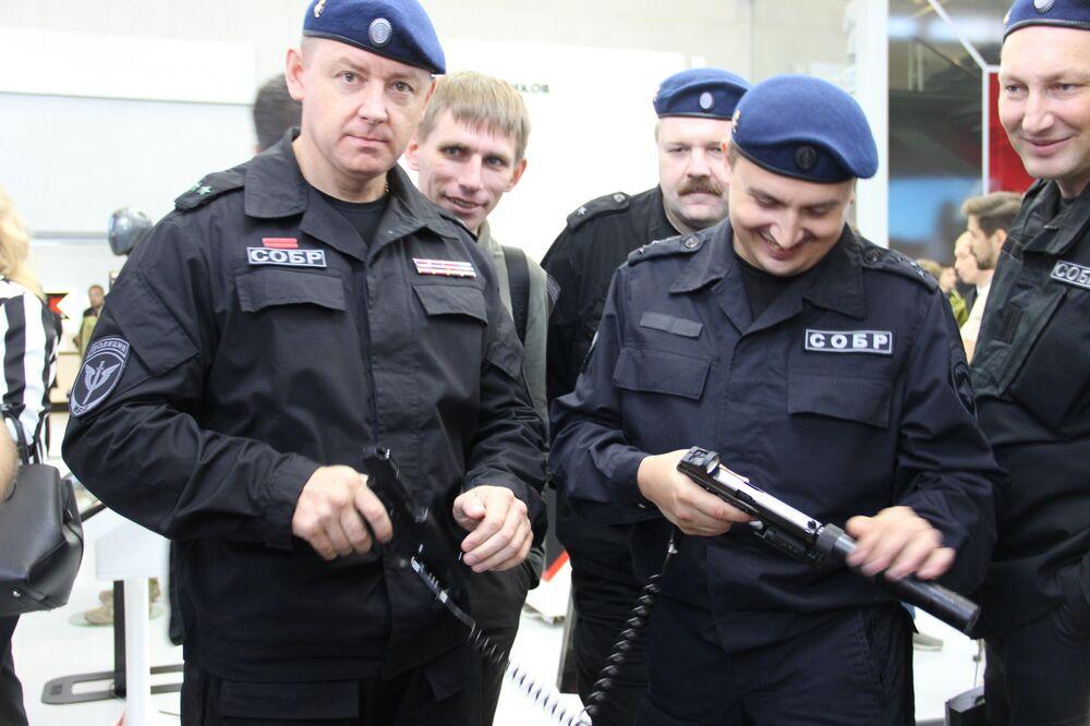 Policiais russos testam armas do consórcio Kalashnikov durante o fórum militar EXÉRCITO 2018