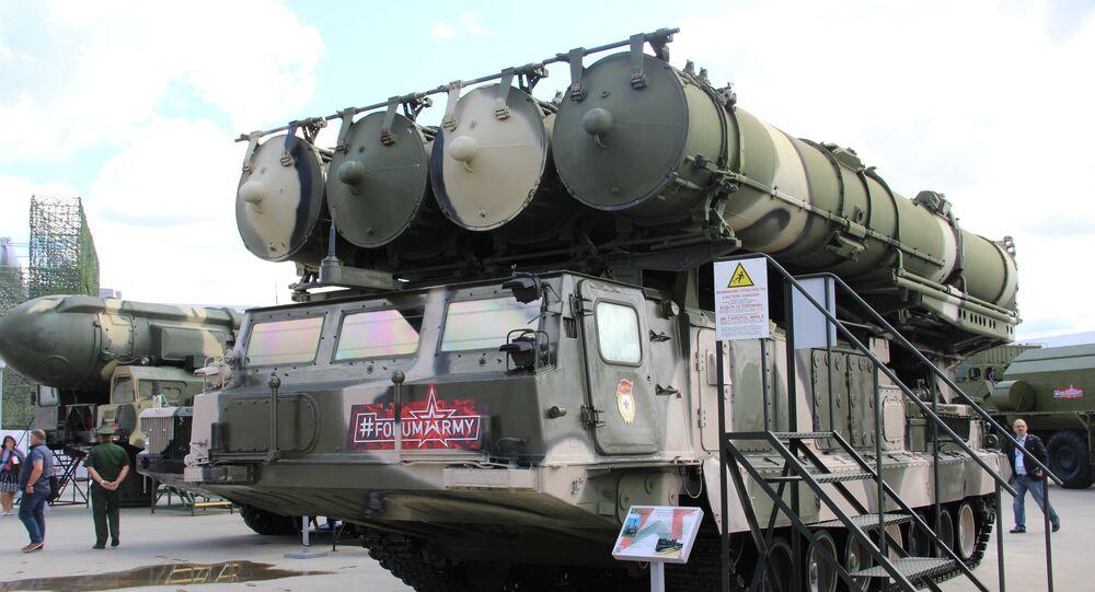 Sistema de defesa antiaérea S-300 é mostrado durante o fórum militar EXÉRCITO 2018