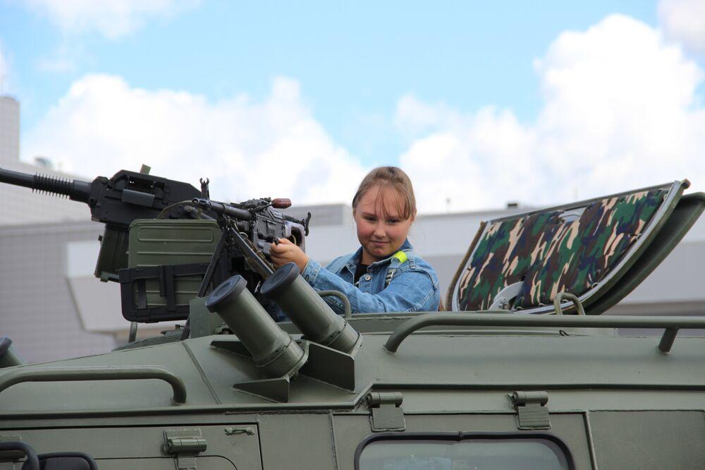 Menina sobe em um blindado durante o fórum militar EXÉRCITO 2018