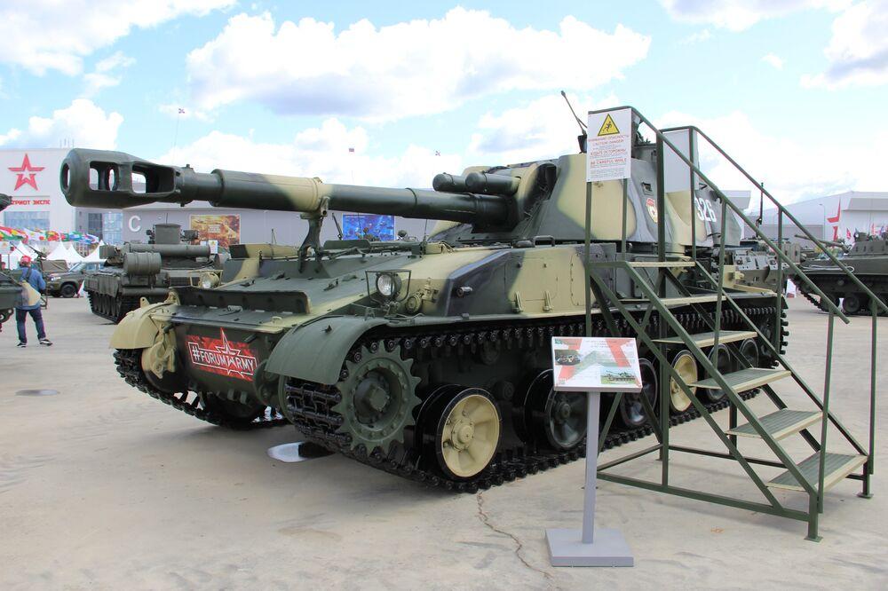 Obuseiro autopropulsado 2S3 Akatsia é mostrado durante o fórum militar EXÉRCITO 2018