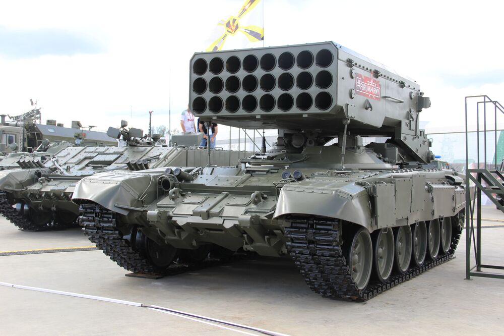 Lançador múltiplo de foguetes TOS-1 é mostrado durante o fórum militar EXÉRCITO 2018