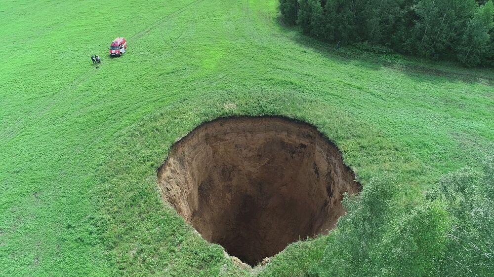 Enorme dolina com 32 metros de diâmetro e 50 metros de profundidade surgiu no campo de um granjeiro nos arredores da cidade russa de Nizhny Novgorod