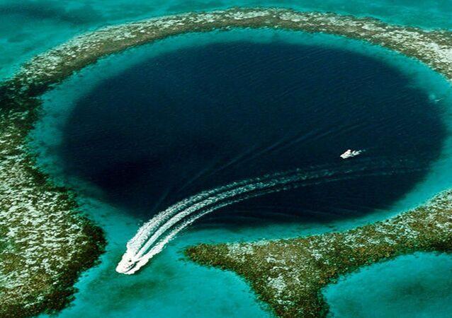 Com mais de 300 metros de largura e atingindo 124 metros de profundidade, o Grande Buraco Azul é considerado o maior buraco azul do mundo. Encontra-se na proximidade da ilha de Cayo Ambergris, no Belize