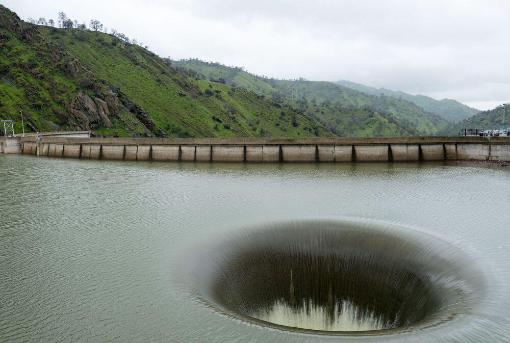 Represa de Monticello, construída na Califórnia, possui um sumidouro de 22 metros de diâmetro que às vezes é chamado de Glory Hole (Buraco da Glória, em português)