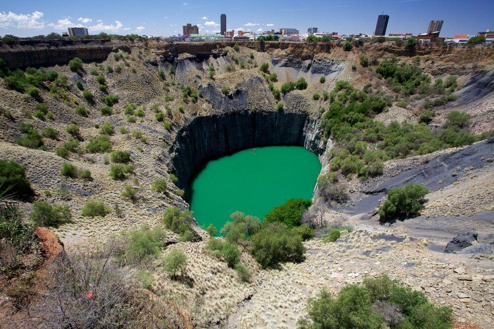 O Big Hole é o maior buraco do mundo feito pelo homem para extração de diamantes. Encontra-se na cidade de Kimberley, África do Sul