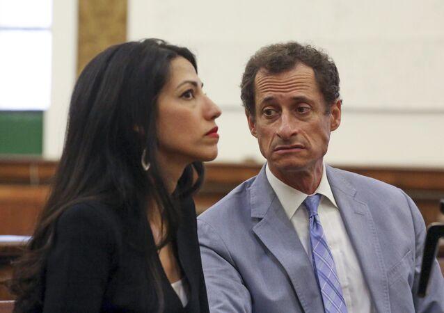 Anthony Weiner, à direita, e Huma Abedin aparecem em tribunal.