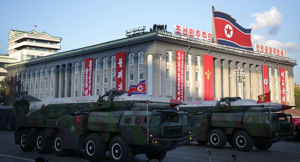 Mísseis balísticos Nodong de médio alcance desfilam em Pyongyang, Coreia do Norte, 10 de outubro de 2015