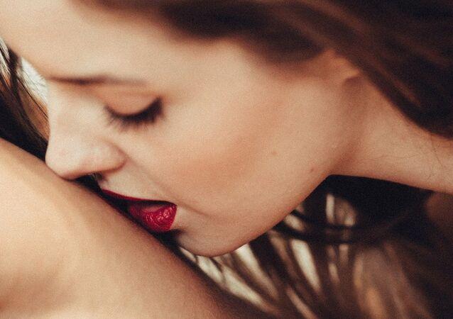 Mulher beijando homem