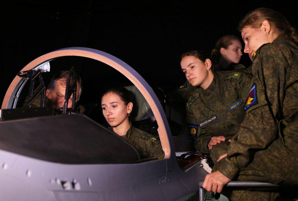 Cadetes da Escola Superior de Aviação Militar de Krasnodar durante as aulas