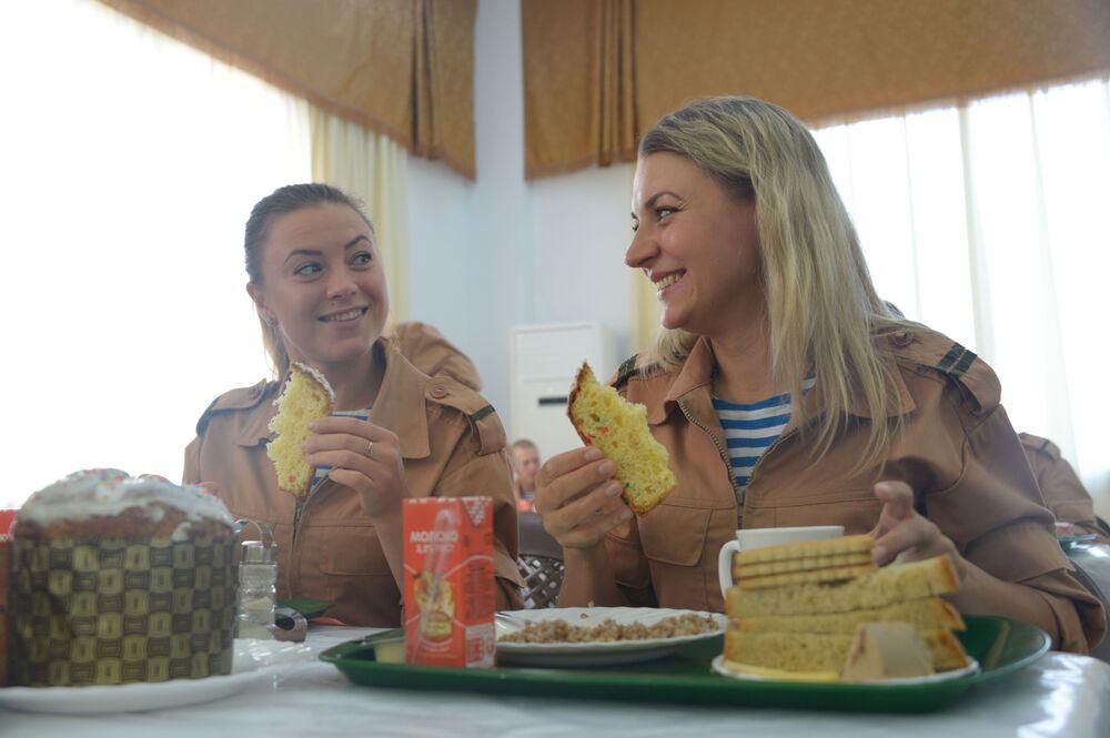 Militares russas tomam café da manhã na cantina da base aérea russa de Hmeimim na Síria