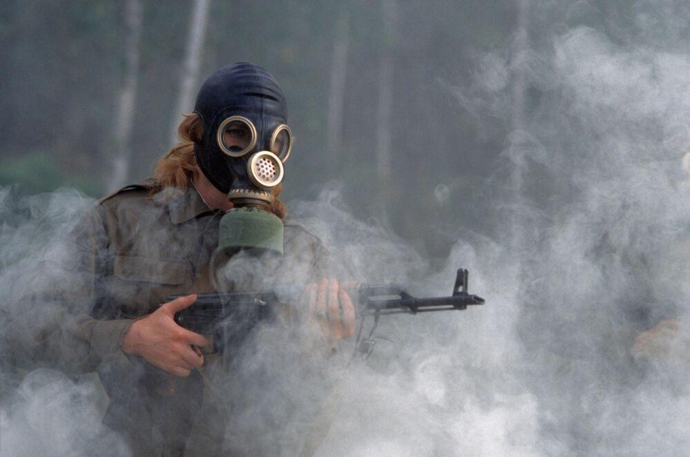 Jovem cadete do Instituto Médico Militar de Tomsk participa de treinamentos