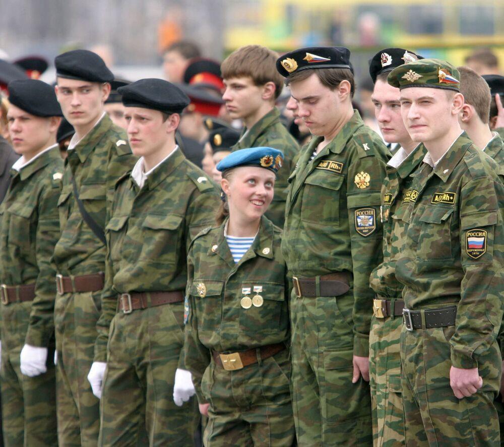 Desfile militar solene de que participam os membros de clubes militares patrióticos, estabelecimentos de ensino e escolas de cadetes