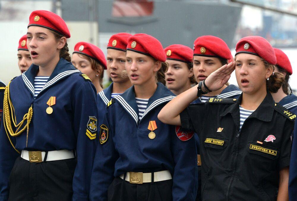 Participantes da cerimônia solene de despedida do navio-escola da Frota do Báltico que parte para missão de treinamento