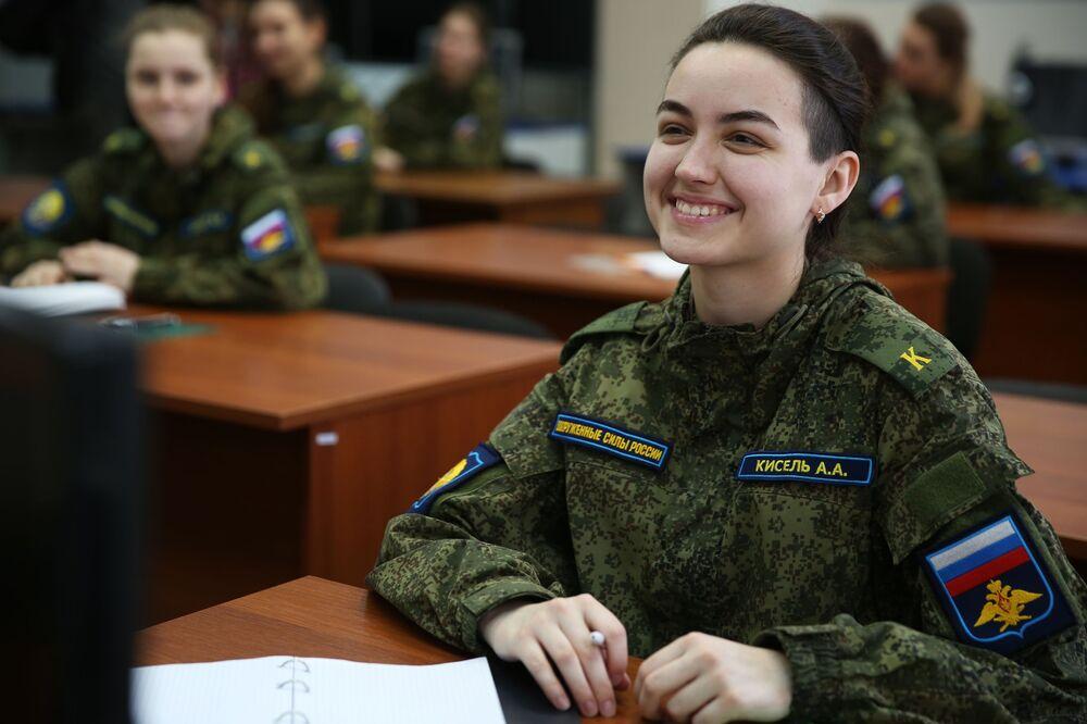 Cadetes assistem a aulas na Escola Superior de Aviação Militar de Krasnodar