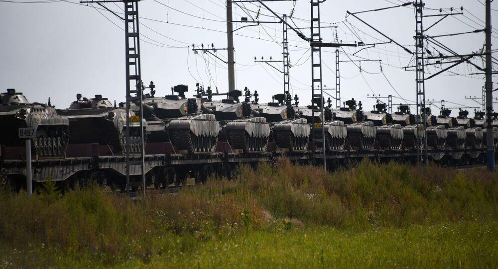Trens com militares e equipamentos do exército chinês que participarão das manobras Vostok 2018