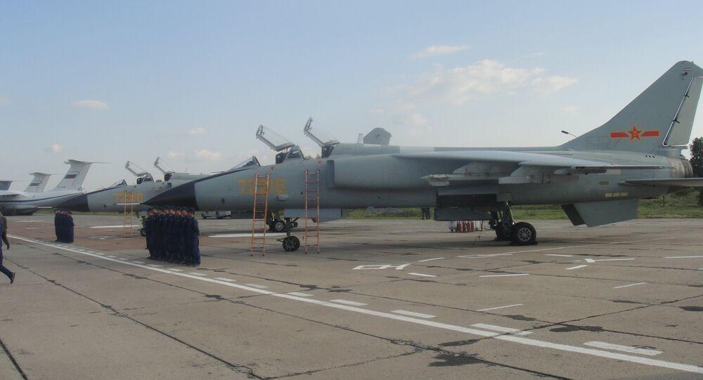 Caças-bombardeiros chineses JH-7A na base aérea russa de Shagol durante as manobras Mirnaya Missiya 2018
