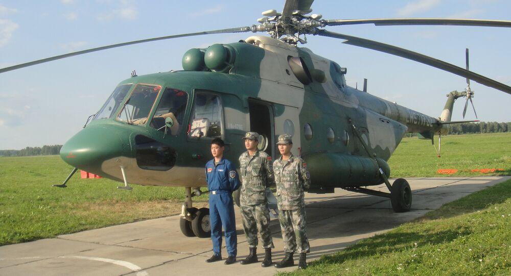 Tripulação do helicóptero chinês Mi-171 na base aérea russa de Shagol durante as manobras Mirnaya Missiya 2018