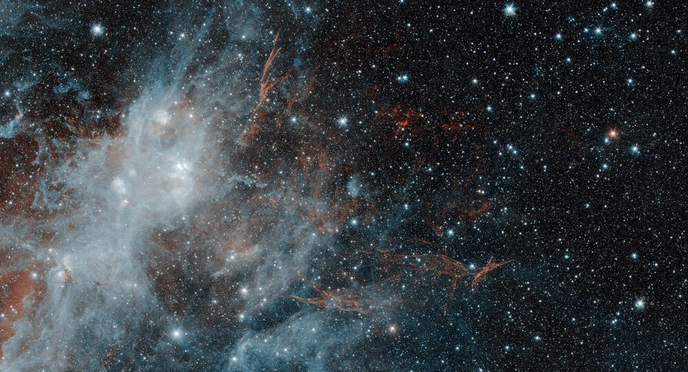 Um dos maiores restos da supernova na Via Láctea, nomeada HBH 3 e captada pelo telescópio NASA Spitzer