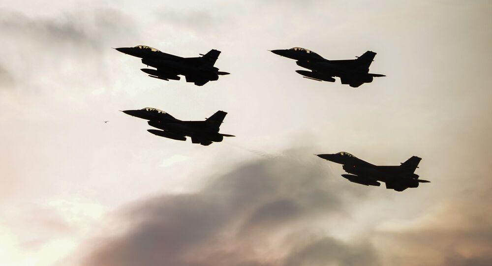 Caças F16 turcos e poloneses realizam voos de demonstração durante a cúpula da OTAN em Varsóvia