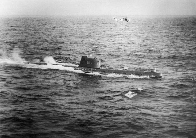 Submarino soviético B-59 se aproximando de Cuba durante a operação Anadyr, no ano de 1962 (foto de arquivo)