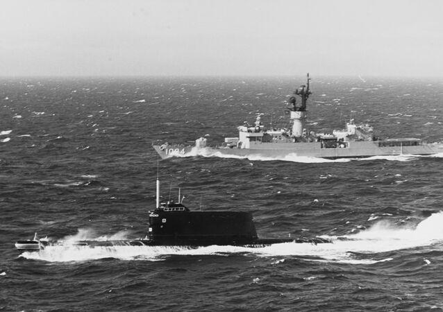 Submarino soviético e navio norte-americano