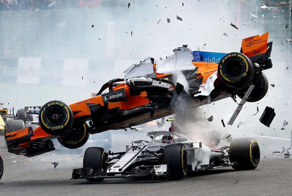 Colisão dos carros dos pilotos Fernando Alonso e Charles Leclerc na Bélgica