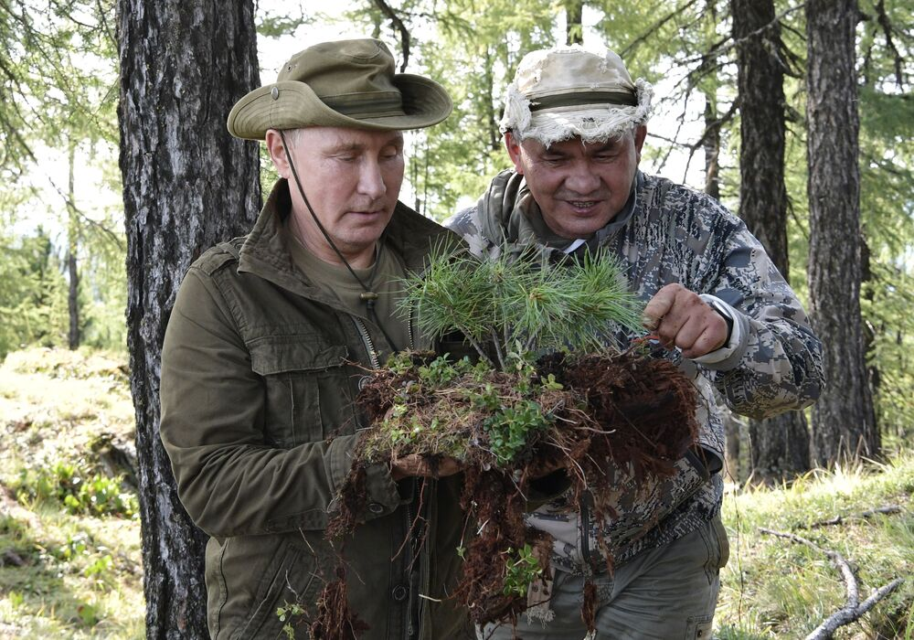 Presidente russo, Vladimir Putin, e o ministro da Defesa, Sergei Shoigu, descansam no parque nacional de Sayano-Shushensky, na república de Tuva