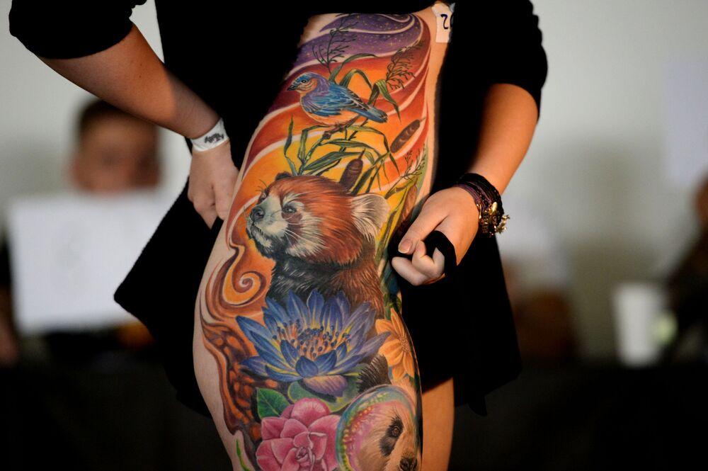 Participante do 7º Festival de Tatuagem da Sibéria, na região de Novossibirsk