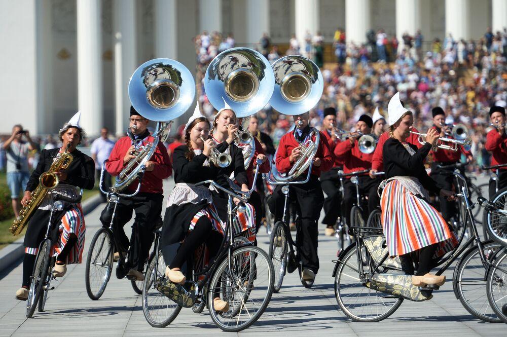 Orquestra Crescendo, da Holanda, participa do desfile dos participantes do festival de música Spasskaya Bashnya, em Moscou