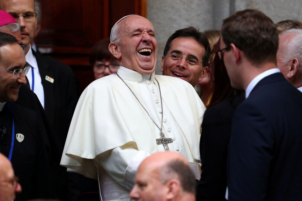 Papa da Igreja Católica e chefe de Estado do Vaticano, Francisco, ri ao sair da Igreja de Santa Maria durante sua visita a Dublin, na Irlanda